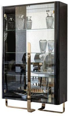 Витрина с двумя стеклянными дверцами